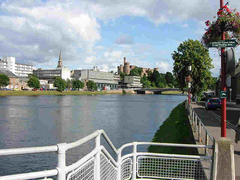 Inverness - River Ness and castle (courtesy of Bennohr - Creative Commons license)